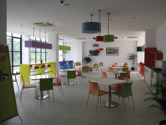 POP! Hotel Airport Jakarta : Colorful eating area and lounge