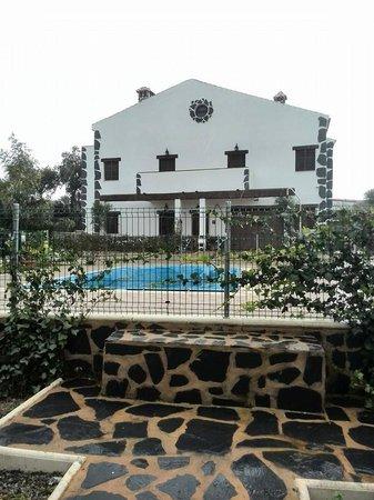 Alojamientos Rurales Berrocal: Casas y piscina en un dia lluvioso