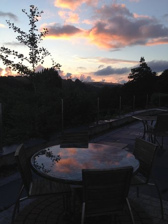 Commonwood Manor: Sunset over the terrace