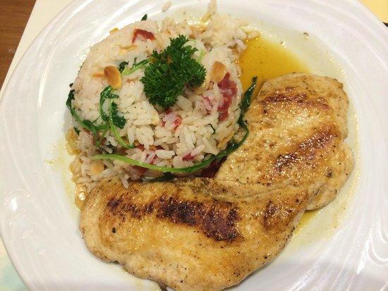 Dois em Cena: Frango grelhado com arroz de amêndoas e tomate seco
