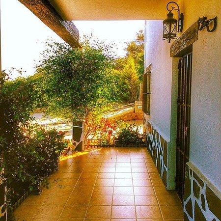 Alojamientos Rurales Berrocal: Porche apartamento Jara