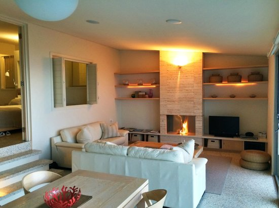 Injidup Spa Retreat : Lounge and fireplace