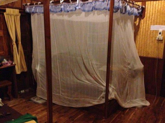 Phi Phi Relax Beach Resort : Mosquito net to sleep under