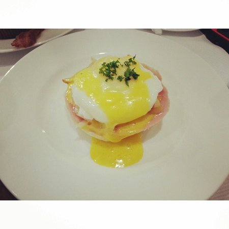 The Ritz-Carlton, Seoul : egg benedict served in the VIP lounge