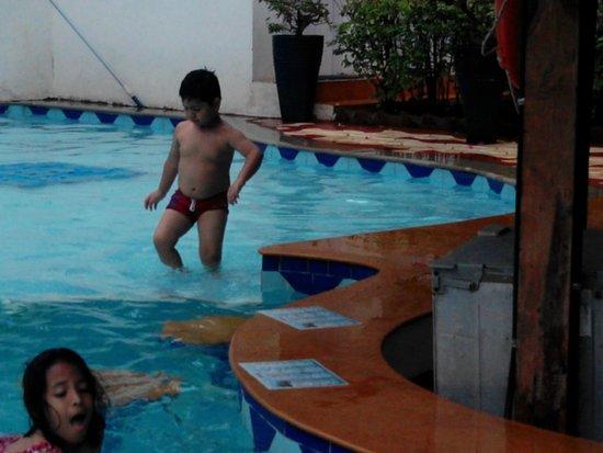 Santana Beach Resort: Pinku at the pool