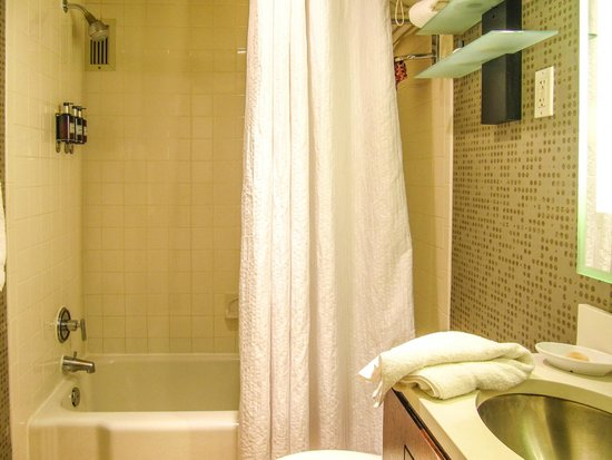 Kimpton Rouge Hotel: The bathtub and shower area.