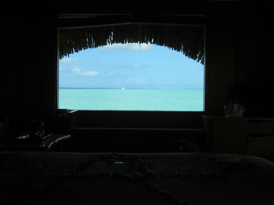 Le Taha'a Island Resort & Spa: Vue du lagon depuis le lit