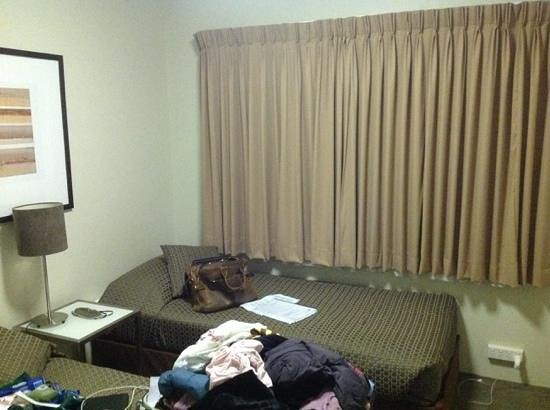 Forrest Hotel And Apartments: one blanket per bed. Our colleagues stayed at Rydges. We envied them!
