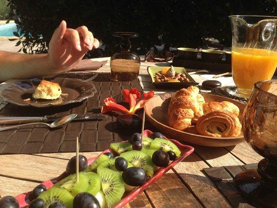 La Magnanerie de Grans : La Magnanerie's beautiful Breakfast