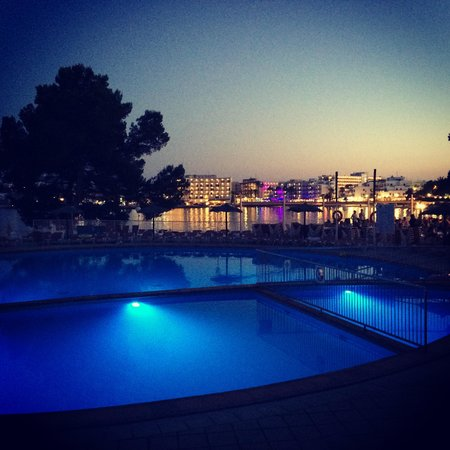 Intertur Hotel Miami Ibiza: Pool at night
