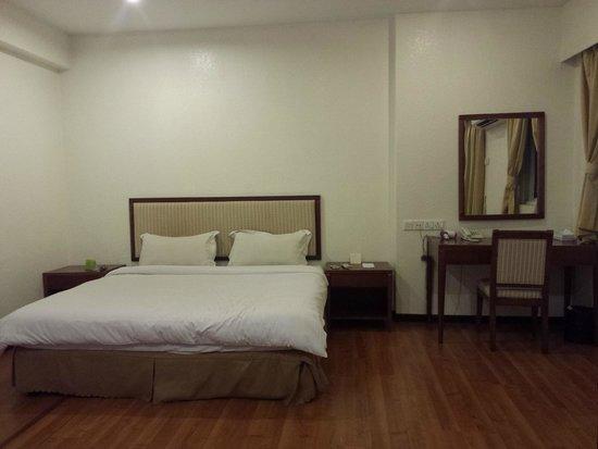 Alora Hotel : bed