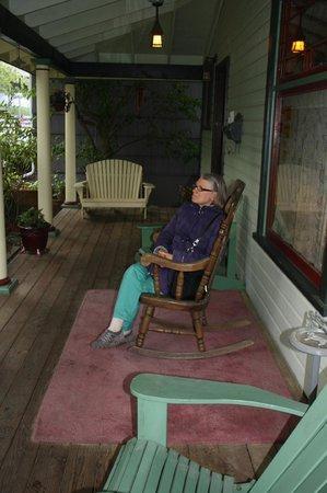 Alaska's Capital Inn Bed and Breakfast: Lovely Front Porch