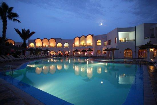 Aghir, Tunisia: La piscine le soir