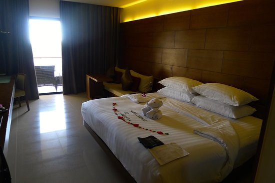 Novotel Phuket Kata Avista Resort and Spa: The Comfy Bedroom with Balcony