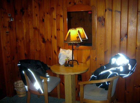 Pine Tree Motel & Cabins : In the sleeping area of the cabin