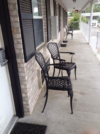 Quality Inn Gettysburg Battlefield: I loved the chairs outside the doors! really nice touch!