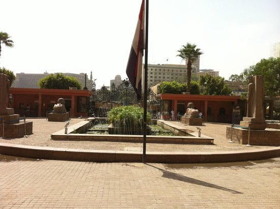 Musée égyptien du Caire : The Egyptian Museum in and out.