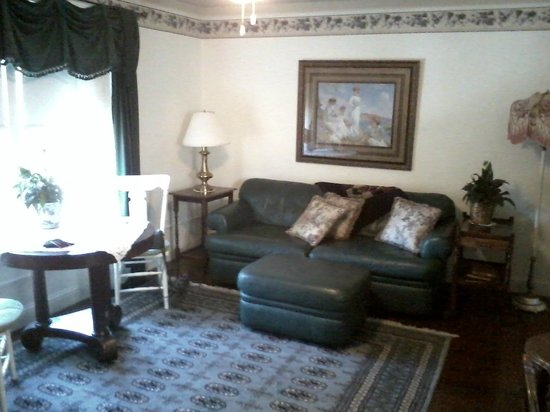 Weaverville Hotel & Emporium: The La Grange room has a full living room