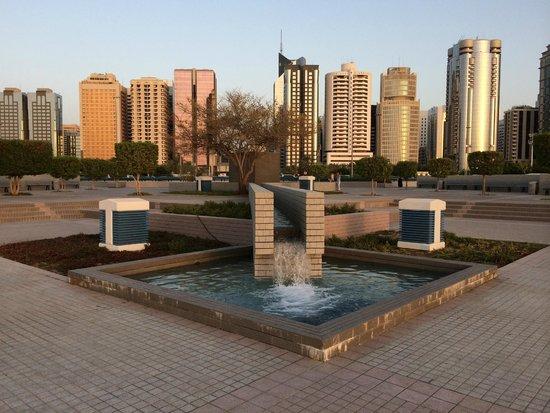 The Corniche: Корниче, Абу-Даби, ОАЭ. Вид на город.