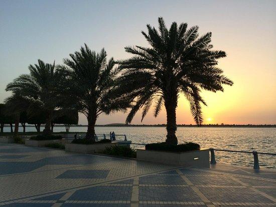 The Corniche: Корниче, Абу-Даби, ОАЭ. Закат.