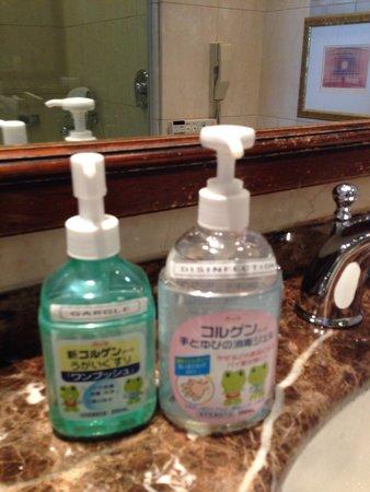 Nagoya Kanko Hotel: うがい液と消毒液