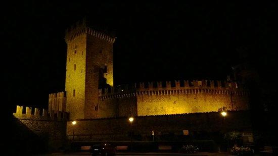 Castello di Vigoleno: Borgo by night