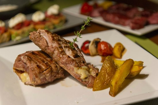 Mama's Dinner Restaurant: Pork fillet stuffed with gruyere from Crete & sun-dried tomato