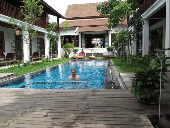 Le Sen Boutique Hotel: The pool/garden area.