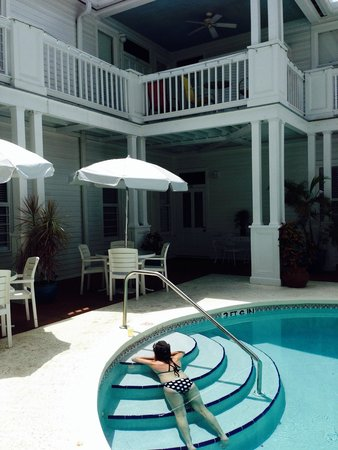 Amsterdam's Curry Mansion Inn : Chillin at the pool
