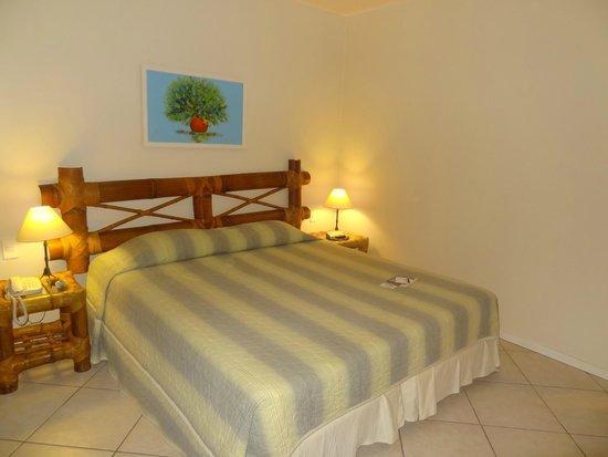 Rio Buzios Beach Hotel: cama matrimonial muy pintorsca y comoda