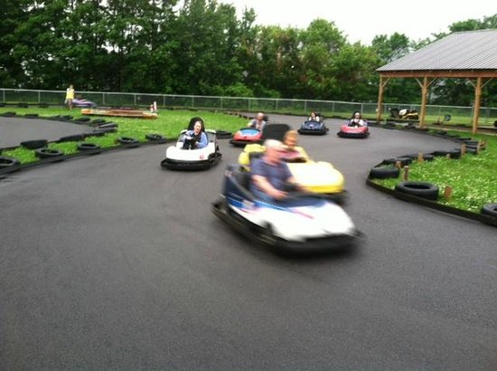 North Syracuse, État de New York : Having fun go karting at Surf City Family Fun Center