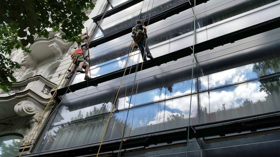 Design Metropol Hotel Prague: Cleaning the windows