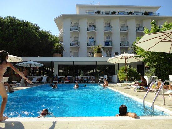 Piscina di notte foto di biondi hotels wivien e canada cesenatico tripadvisor - Hotel cesenatico con piscina ...