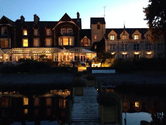 Lakeside Hotel: On a jetty.... Night!