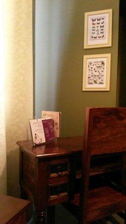 Castle Inn: Writing desk in room