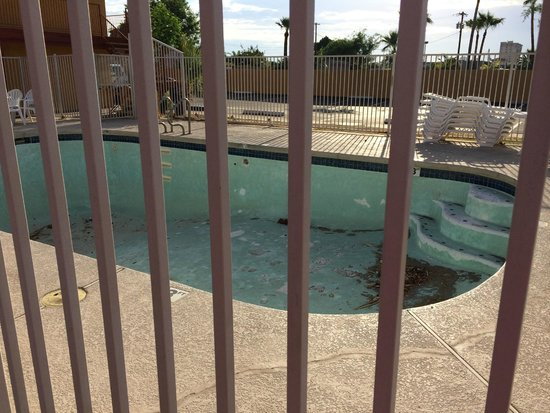 Knights Inn Mesa AZ : Empty pool area