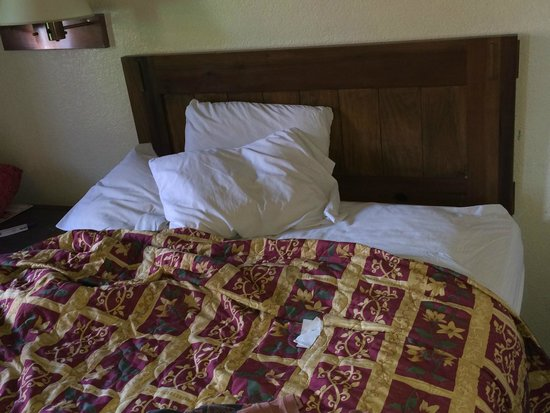 Knights Inn Mesa AZ: Bed not made by housekeeping