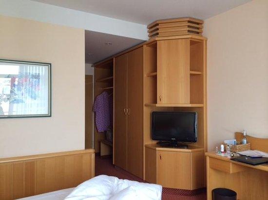 Seehotel Grossherzog von Mecklenburg: Zimmer u. Mobiliear stark abgenutzt und einfach