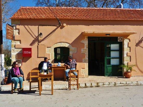 O Pissas: Sitting on the edge of the village street