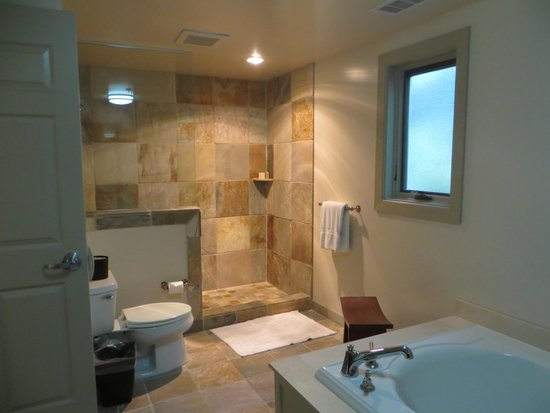 Harvest Inn by Charlie Palmer: Large bathroom