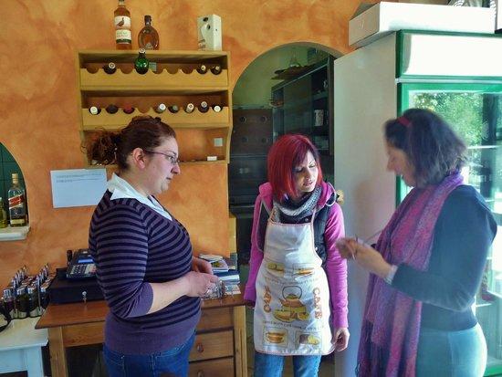 O Pissas: Maria and Georgia, ready to serve you