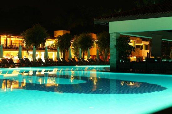 Champion Holiday Village : Main pool and restaurant at night