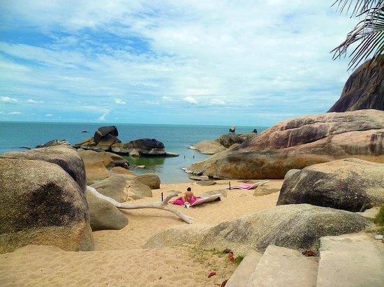 Lamai Beach: nella parte sud  spiaggia con rocce granitiche