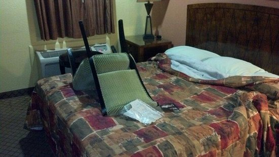 Relax Inn Pauls Valley: Room was filthy, bugs in bed, holes in wall, exposed wiring