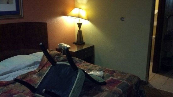 Relax Inn Pauls Valley: horrible....holes in walls