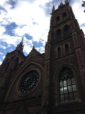 Hotel Omni Mont-Royal : Catholic Church