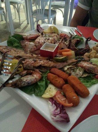 Mama Thira Tavern: Piatto misto di pesce
