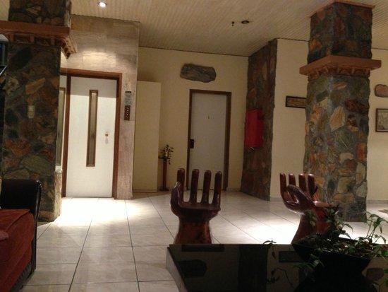 Roxani Hotel: у ресепшена