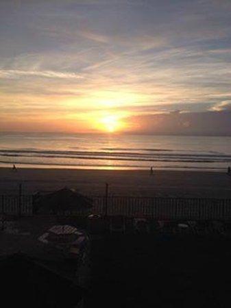 Beachside Motel: Sunrise from our balcony (2nd floor)