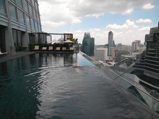 The Okura Prestige Bangkok: infinity pool (really big to swim!)